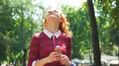 쾌적한 : Cute red haired girl eating ice cream in park on sunny day