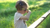 iogurte : Adorable little girl in sunglasses eating dairy dessert