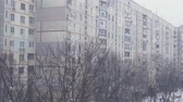 condição : romantic snow fall scenery in urban cityscape environment. cold weather season. 4k