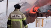 пожарный : rescuers extinguish a fire in the village Стоковые видеозаписи