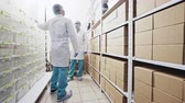 laboratorium : Man working in a storeroom or warehouse