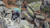 amateur : Agile fit young man hiking in the mountains Stock Footage