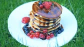 panquecas : Pancakes with berries and chocolate syrup