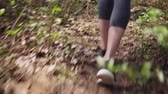 dürtmek : Runners feet in sports shoes run on forest