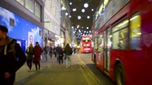 atrair : Oxford Street in London, UK, at night before Christmas with Traffic and people walking