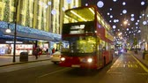 atrair : Oxford Street at night before Christmas with Traffic and people walking  in London, United Kingdom