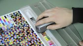 katalog : Press shop, spectrophotometer measurement of color patches in prepress on Test Arch