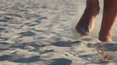 pegada : 4k Man run on sand, footsteps in sand, Front view