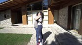 návrat : Mother in emotional hug with missing daughter in front of luxuty house