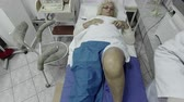 klíčová dírka : Old woman having knee desinfection before Anaesthetist anaestthetic injection for surgical operation knee arthroscopy micro surgery in hospital operating theater emergency room