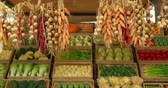 beringela : Garlic, chili and corn garland and fresh vegetables assortment in rustic wooden box