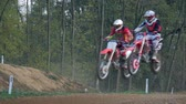 крайняя местности : A motocross rider jumps in slow-motion