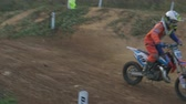 terreno extremo : Young racer on dirt bike motorcycle jumps and takes off over the track Vídeos