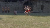бросать : Ancient roman pentathlon athletes run the 'stadion' (a short foot race) in slow motion during the reenactment 'Back In Time' on July 29, 2017 in Arezzo (Italy)