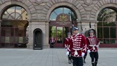 болгарский : SOFIA, BULGARIA - APRIL 24, 2018: Change of Guards at the The Presidency building. The main entrance of Presidency is guarded by soldiers dressed in 19th century red and white parade uniforms. Стоковые видеозаписи