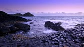 basalto : sunset over basalt rocks formation Giants Causeway, County Antrim, Northern Ireland