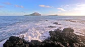 гавайский : waves breaking on rocks close to Macapuu beach with Manana (also known Rabbit island) and Kaohikaipu islands in background, Oahu, Hawaii
