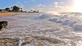 гавайский : Waves crashing on Sandy beach with an udidentified people on Oahu, Hawaii, USA