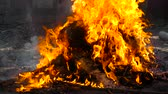 The fire burns with building debris, the fire burns plastic and expels metal. Wideo