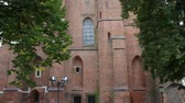 başpiskopos : Cathedral Basilica of the Assumption of the Blessed Virgin Mary and St. Adalbert is a Gothic cathedral in Gniezno, Poland. Stok Video