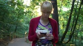 músico : Young Woman Texting On Smartphone In A Park