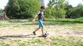 chutando : Boy Playing Soccer Outdoors 4K 2 Vídeos