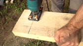 lombfűrész : Jigsaw sawing a wooden board 4K