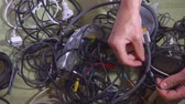 korek : Man untangling tangled cables. Closeup. Wideo