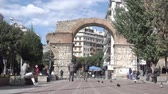 romok : THESSALONIKI, GREECE - OCTOBER 24, 2017: Square with walking people near Arch of Galerius in Thessaloniki, Greece