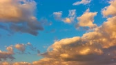 hızlı : Scenic sky with clouds at sundown - timelapse