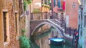 Венеция : Small side canal and bridge in Venice, Italy Стоковые видеозаписи