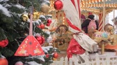 карусель : MOSCOW - DECEMBER 25, 2018: New Years street scenery in Moscow. People on carousel near Red Square decorated Christmas trees and arranged for Christmas and New Year. Festive Christmas fair. Luminous roundabout rotates with adults and childrens.