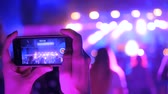 dj soirée : Unrecognizable woman hands silhouette taking photo or recording video of live music concert with smartphone at night. Photography, entertainment and technology concept Vidéos Libres De Droits