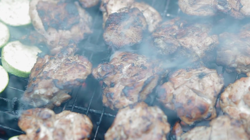grillowanie : Squash and meat on the grill with smoke and fire. Food for bbq party. Wideo