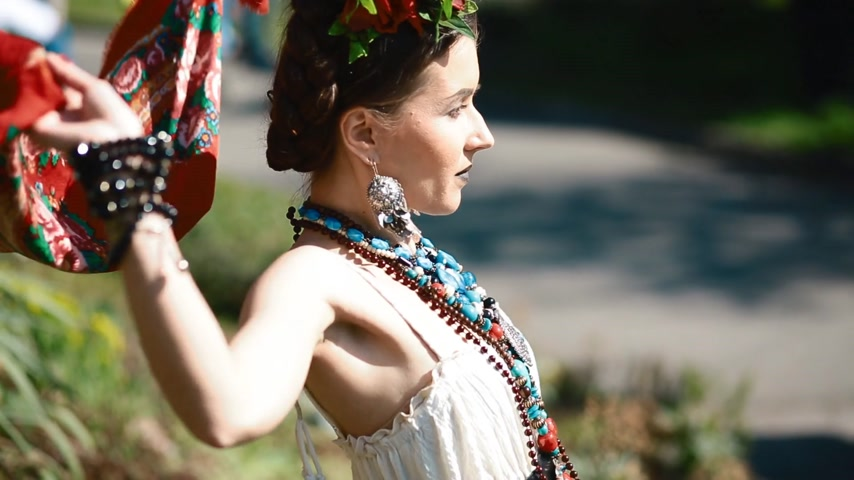 meksika : Young female model in mexican dress posing outdoor