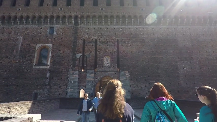 citadela : MILAN, ITALY - 24 SEPTEMBER, 2017 : Sforza Castle (Castello Sforzesco), a castle in Italy. One of the main landmarks of Milan. Vídeos