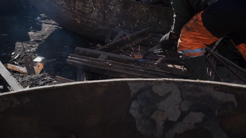 rakomány : Worker cuts rusty metal with a gas cutter