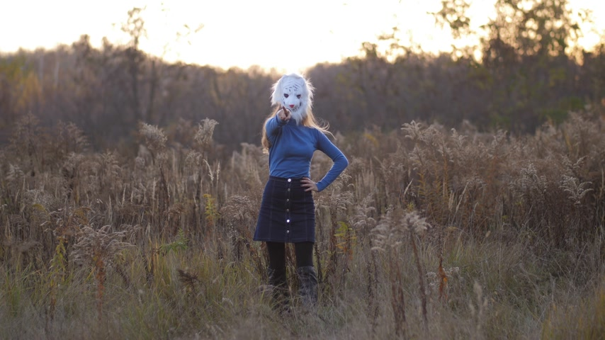 pesadelo : A girl wearing a bear mask dancing on a yellow field 4K Slow Mo Vídeos