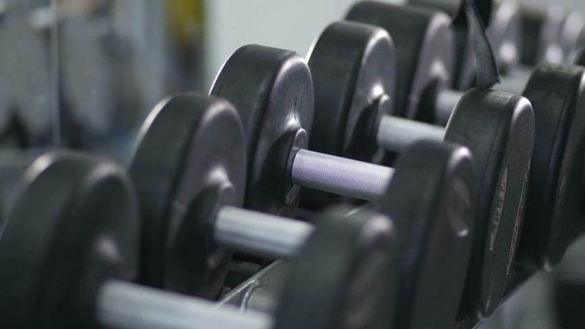 Çapraz kollar : Close-up. Hands wraps the belt on a dumbbell and take dumbbells 4K Slow Mo