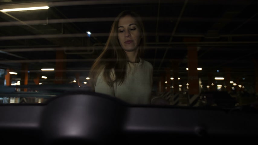 mercearia : Girl in the parking lot puts shopping bags in the trunk of a car 4K Slow Mo Vídeos