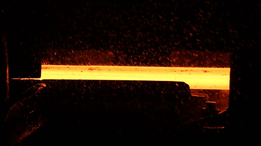 minério : Metal production. Red-hot steel moves on machine tools.