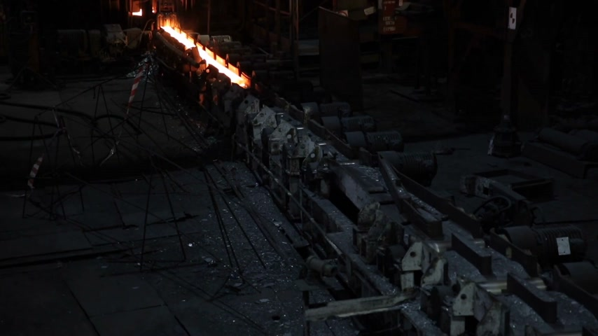 minério : Impressive metal production. Red-hot rolling moves in a dark room on the machines.