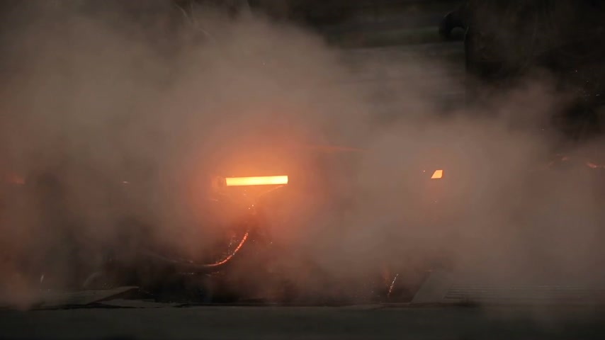 minério : Through the smoke can be seen a thread of hot steel. Metal production plant. Vídeos