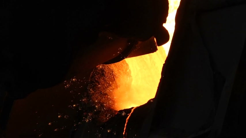 minério : The process of pouring hot iron for steel production. Plant for the production of metal.