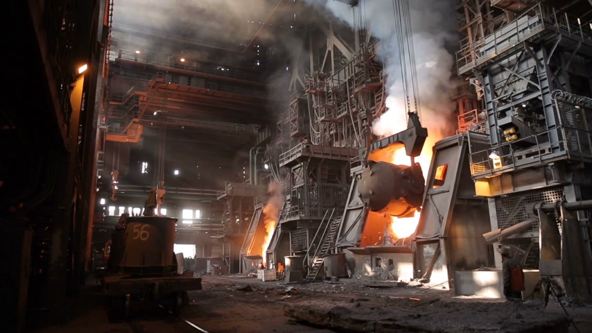 minério : Very dangerous steel production. The hot iron ladle is turned over into a special container. The sizes are impressive.