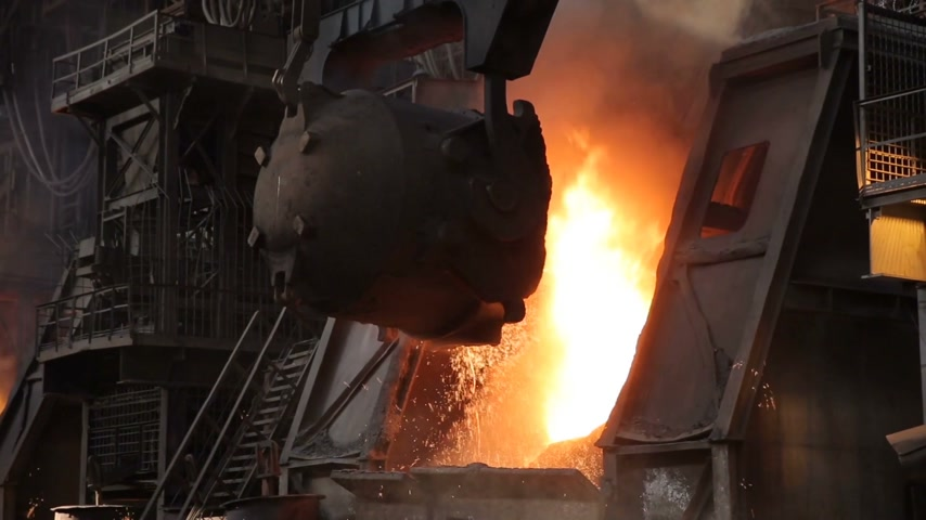 minério : Hot avalanche cast iron. Around splashes and smoke. Metal production.