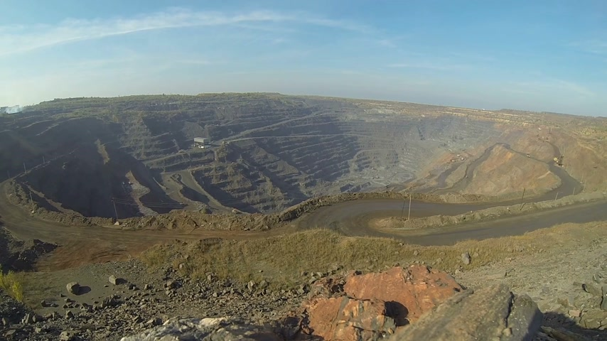 金型 : Timelapse quarry. Iron ore mining. Huge quarry on which BelAZ and excavators drive.