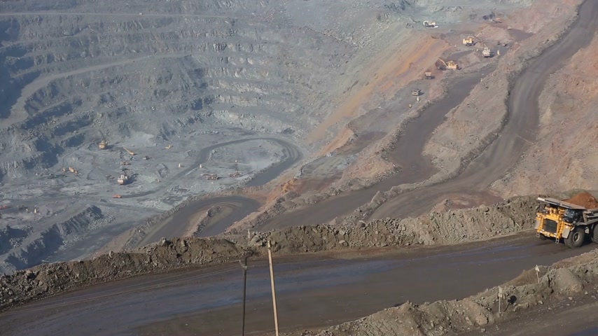 taş ocağı : Quarry with ore. Works appliances. Excavators and BelAZ. In the frame, BelAZ passes, filled with ore.