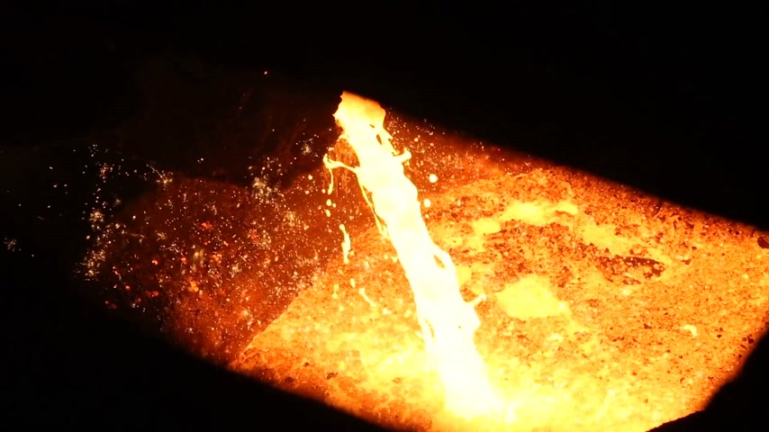 minério : Fire iron is poured out of the furnace. Heavy and dangerous metal production. Very fascinating video. Vídeos