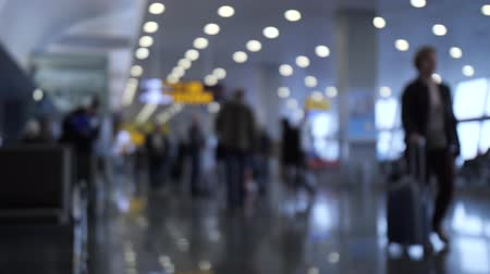 expectativa : Airport. People in defocus walk with bags and suitcases. 4K Slow Mo